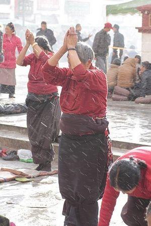 布达拉宫前朝拜的女人
