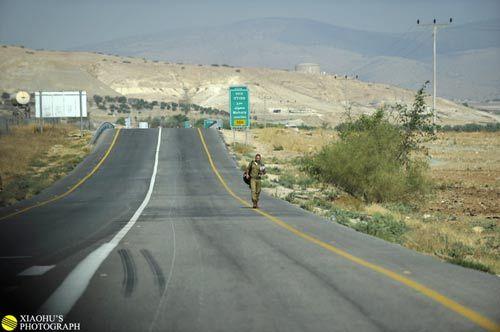 在路上也随处可见军人