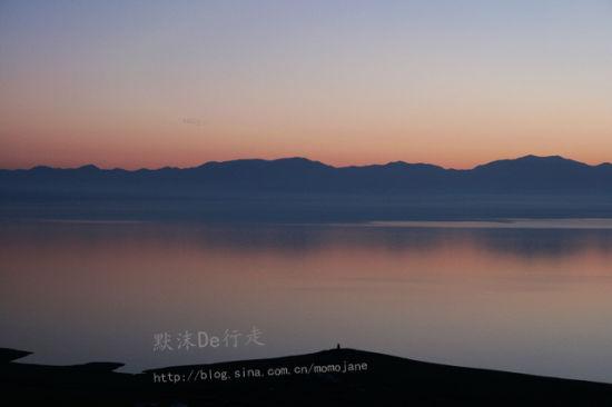 新浪旅游配图:晨曦中的赛里木湖 摄影:默沫De行走