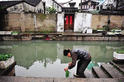 八字桥老街区,住在这里的居民仍然保持着在河道里洗菜的习惯