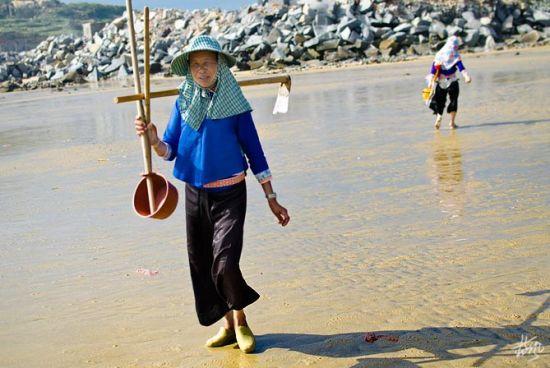新浪旅游配图:勤劳的惠安女 摄影:蓝风