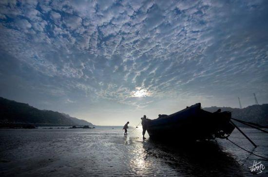 新浪旅游配图:在大海上劳作的渔民 摄影:蓝风