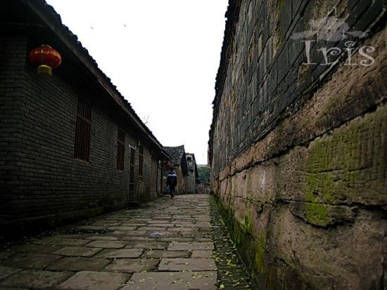 新浪旅游配图:古镇的石板路 摄影:鸢尾