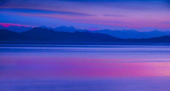 天空的彩云落在湖面,真美