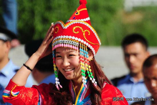 二连浩特盛装蒙古族姑娘 作者:顽童有点老