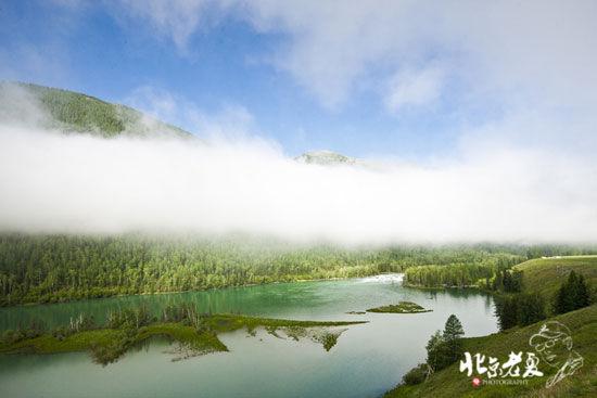 新浪旅游配图:阿尔泰密林中的神秘高山湖泊 图:北京老夏
