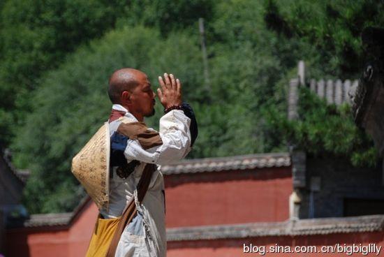 五台山,遇到一位虔诚朝拜的僧人