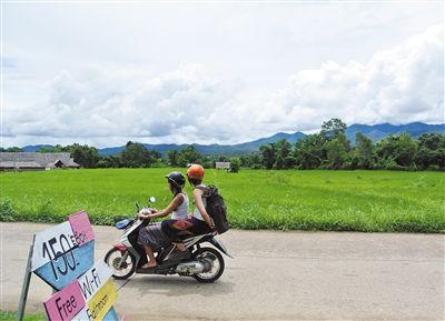 在Pai很多人喜欢骑着日租100多泰铢的大小摩托