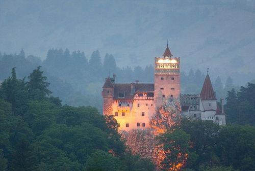 罗马尼亚布兰城堡:有关吸血鬼的传说就发生在这座迷雾般的山中