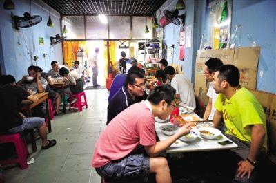 仓桥面结店里坐满了食客,这里有着宁波最市井的生活。