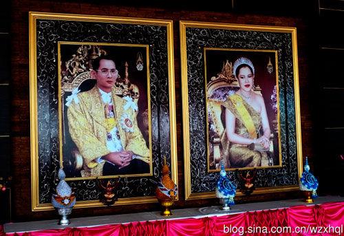 新浪旅游配图:曼谷街头的国王夫妇照片 摄影:我最凶悍