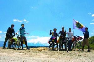 第一次爬上3300米的雪山,骑行队合影。