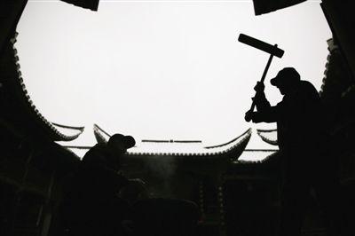 衢州江山市大陈村汪氏祠堂内,两位村民正在打麻糍。