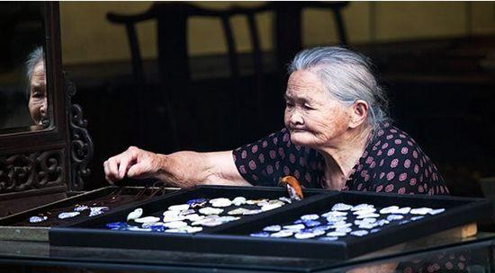 徽州自古多经商,这位老奶奶的旧式经营却是现代生活的一隅 作者:JOHNSON LIU