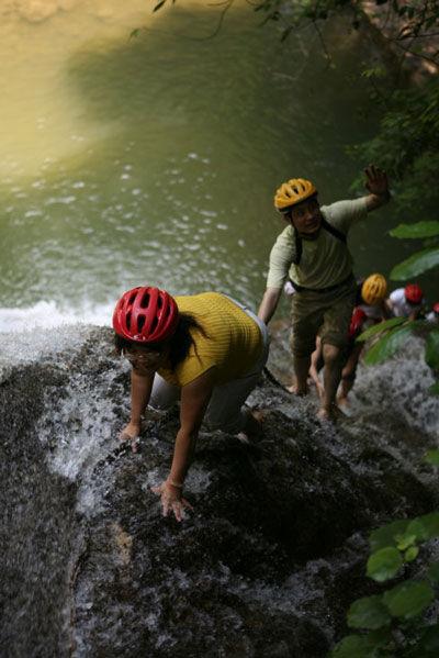 快乐的爬瀑布的游客 图片来源:天生糊涂 新浪博客