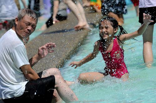 冬山河亲子戏水区设置了水迷宫、转动水世界等十多项水上游戏设施(宜兰县政府文化局提供)