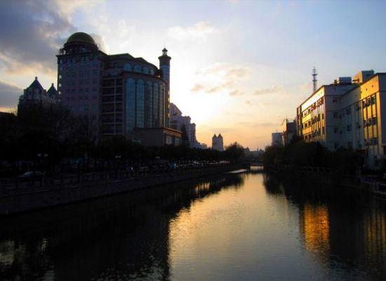 夕阳西下的濠河