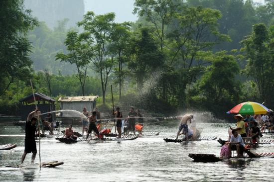 河上嬉戏的人们 图片来源:光追影子 新浪博客