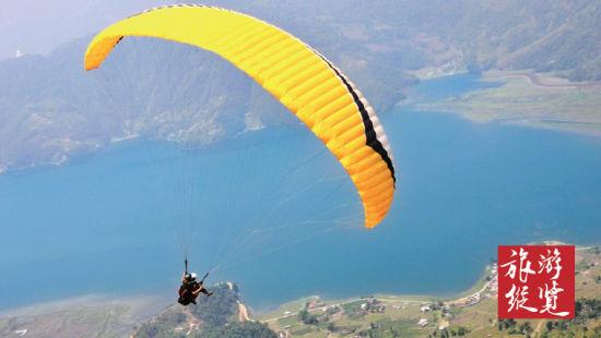艳丽的滑翔伞带着我们翱翔在博卡拉的上空