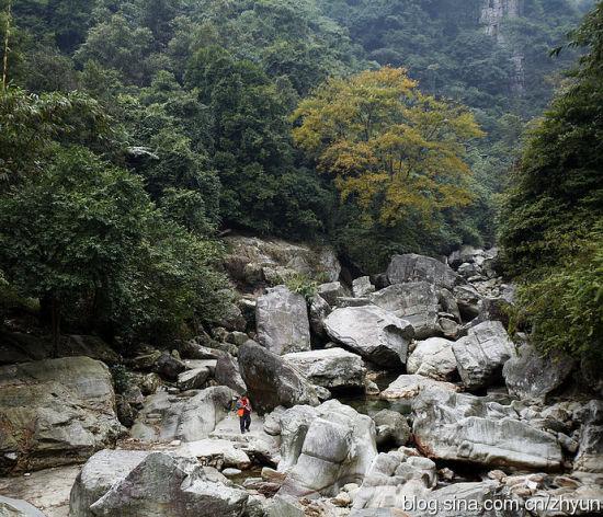 下水源下的大石头 图片来源:老镇轶闻 新浪博客