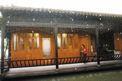 雨中的屯溪郊外某鱼塘饭庄,服务员给顾客上菜