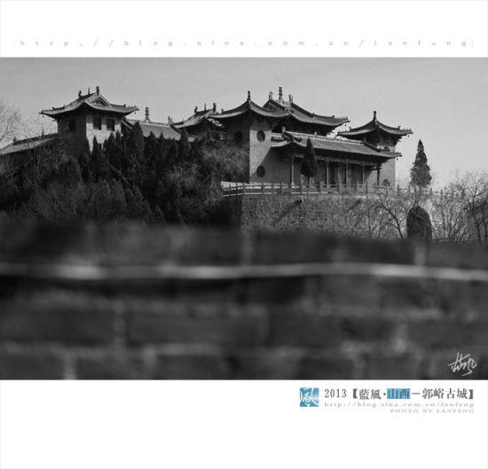 站在郭峪的城墙上便可以很清楚的看到不远处的皇城相府。