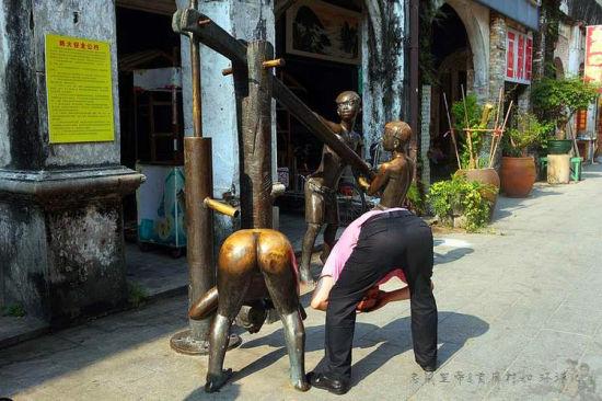 老街上的铜像(图/老鼠皇帝首席村妇)