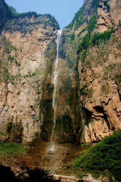 云台山瀑布坐座在云台山风景区老潭沟的尽端.