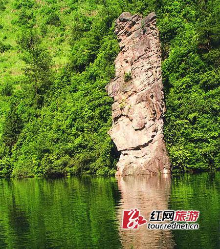 """伫立在宝峰湖中的""""宝峰神女"""",相传是一位痴情的湘西女子化身而成。"""