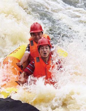 游客在五指山腹地尽享峡谷漂流。海南日报记者 古月 摄