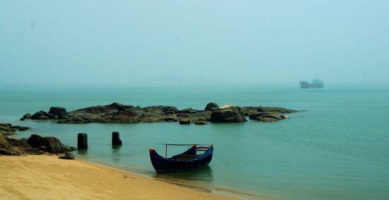 东山岛的海水未被污染,比较清澈