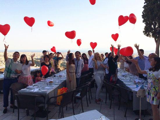 11个中国家庭在雅典最高处放飞气球