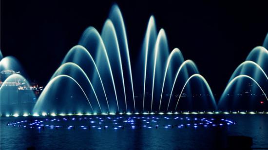 可以360度旋转的喷泉喷嘴,在音乐声中,喷出多种形状的水柱,水雾,水球.