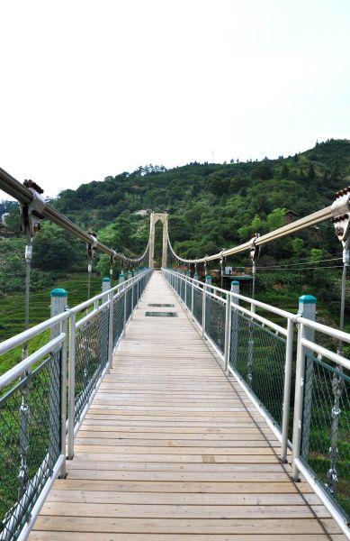 吊桥的中间有两块透明的玻璃板,恐高的朋友走过可会胆战心惊的呢.