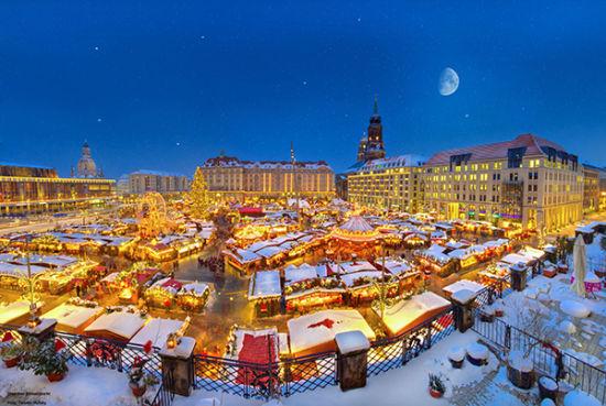 德累斯顿的圣诞果脯蛋糕市场(Dresdner Striezelmarkt)已经有500多年的历史了,是德国最古老的圣诞集市之一。高达14米的世界最高的埃茨山区圣诞金字塔是引人注目的中心。圣诞集市为小朋友们准备了丰富多彩的节目:除了众所周知的儿童烤饼室和圣诞老人之家,还增加了李子烟囱工和小矮人精灵制作室,并提供免费看护儿童的服务以及每天一次的木偶戏表演。至今依然延续不断的传统是圣诞摊床上琳琅满目的小商品,当然,圣诞集市上最耀眼的美食之星绝对非传统的圣诞果脯蛋糕莫属。圣诞果脯蛋糕节使每年德累斯顿圣诞市场