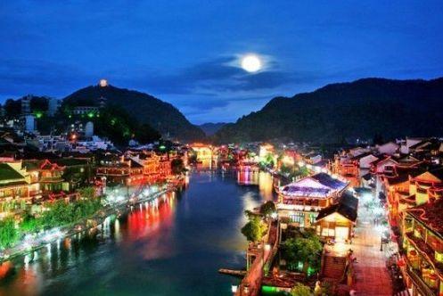 新浪旅游配图:在凤凰古城赏月