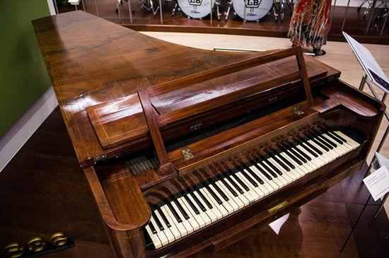在西洋乐器中,竖琴(harps)是一种大型弹拨乐器,是世界上最古老的拨弦乐器之一。早期的竖琴只具有按自然音阶排列的弦,所奏调性有限。现代竖琴是由法国钢琴制造家S埃拉尔于1810年设计出来的,拥有四十七条不同长度的琴弦七个踏板可改变弦音的高低,能奏出所有的调性。实际上,竖琴与中国古老的弹拨乐器箜篌极为相似,二者几乎在同一时间却在不同的空间(西方和东方)里同步发展。箜篌音域宽广,音色柔美清澈,表现力十分丰富,除用于宫廷雅乐使用外,在民间也广为流传,深受人们的喜爱。一个个乐器展柜不但让人沉浸于实物,