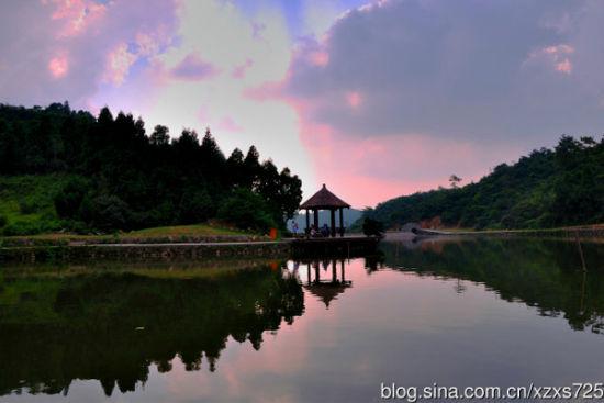 洗药湖位于南昌市湾里区梅岭风景区,梅岭主峰罗汉岭上,海拔841米.