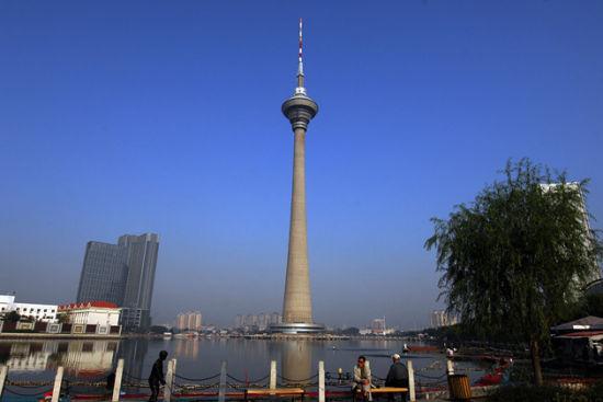 中国 天津 正文    天塔湖风景区,位于天津市河西区聂公桥南,紫金山路