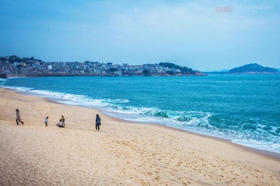 这里也是小朋友的乐园,沙子海水玩的不亦乐乎。