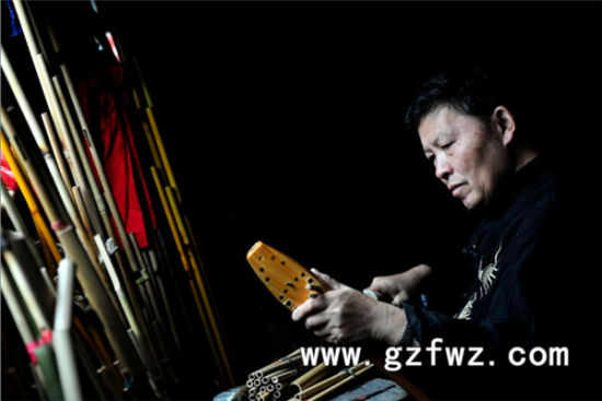 图注:莫厌学制作芦笙 来源:贵州非物质文化遗产网