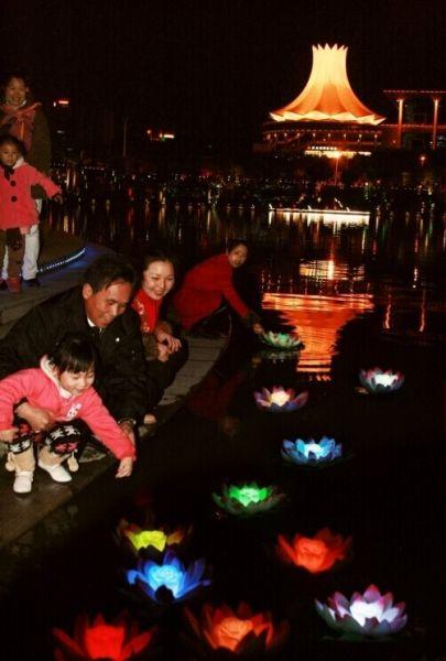 市民在民歌湖进行放水灯活动 (资料图片)