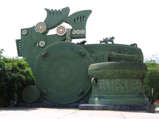 文物苑内的大铜鼓 图:新浪博主/yzjxzwj555