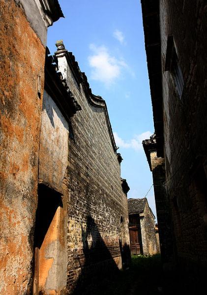 古镇建筑的斑驳围墙 图:新浪博主/桃源小舟