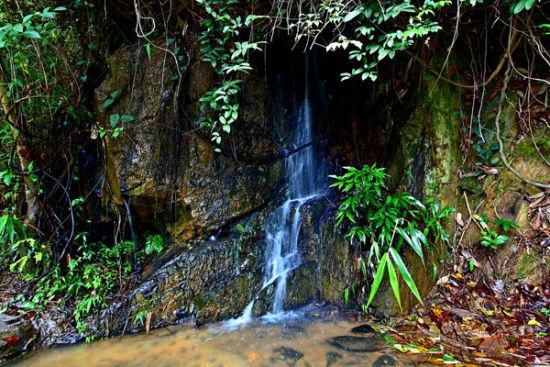 水沿着石阶顺流直下