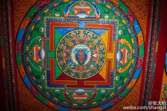 色彩鲜艳的殿内壁画