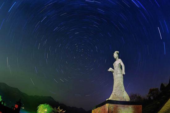 星空下的女娲雕像