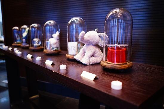 每家酒店的特色微型艺术品被放在玻璃罩中进行展示