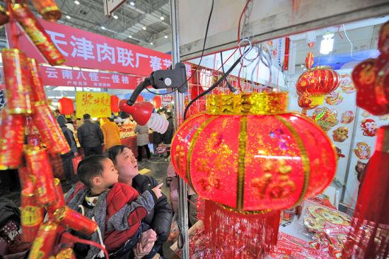 极富天津传统民间喜庆气氛的装饰品也参展其中