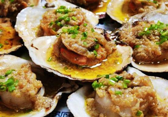 炭烧蚝在兴起于湛江,肉质鲜嫩肥美,口感清甜无渣、爽滑。
